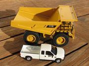 Das Modell im Vergleich mit einem typisch amerikanischen Pickup Truck