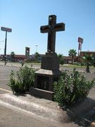 商業施設の駐車場に据えられた、殺されたチャポ・グスマンの息子らを悼む十字架。