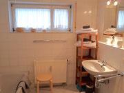 Tageslichtbad mit Dusche, Wanbe und Waschmaschine