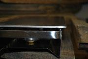 Ansicht von vorne. Die Warmhalteplatte ragt später ungefähr einen Zentimeter ÜBER die Tisch Holzplatte heraus.