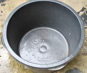 - ein ausgedienter - oder ein neuer Speiskübel als Gefäß / Topf für übergroße Pflanzen.