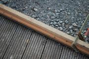 Anschluss an die obere Holzterrasse: hier wird wieder eine Lücke geschlossen.