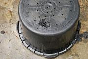 - 10 mm Löcher in den Unterboden bohren.