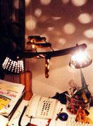 """2001 """"1in2""""  lampada da tavolo per l'ufficio è ideata per l'illuminazione di due postazioni di lavoro adiacenti."""