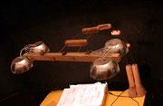 """""""1 in 2"""" Nel 2003 nasce una variazione sul tema, il gruppo luminoso sostituisce le grattuge con delle coppette d'acciao sale/pepe. le lampadine diventano 4 ma da 10 w"""