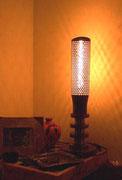 """2000 """"DISARMO"""" Un bossolo traforato, di cui ignoro quale fosse l'utilizzo originale,ed alcuni segmenti di un candelabbro ecclesiale in ottone vecchio. questi sono gli elementi recuperati che compongono questa lampada da tavolo."""