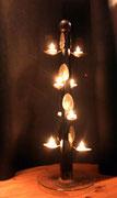 """2002 """"CUCCHIALBERO"""" Una colonnina di legno ottagonale e sedici cucchiai formano, ispirandosi alla variazione sul tema dell'albero di natale, questo insolito oggetto dedito all'illuminazione ambientale conosciuto anche col nome di candelabro."""
