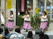 3人で♪月の夜は♪ を踊りました。日本語の歌詞なのでわかりやすく、誰からも愛される曲です。
