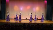 紫色のドレスでカウアイ島の鳴き砂海岸の曲、ノヒリエ