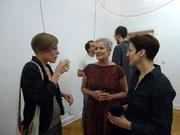 Besucher im Gespräch mit der Künstlerin