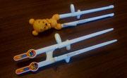 【エジソンのお箸(子供用)】 リングに指を入れて使う内に正しい箸使いが身に付きます。 ※画像上Baby pooh(対象年齢2歳~就学前) ¥1,430(税込) ※画像下KID'S(対象年齢入園~小学校低学年) ¥1,210(税込)