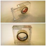 【左右両利き用テープカッター (12㎜幅テープ専用)】 テープの向きを変えて左右で使うセロハンテープです。片手でスライドして開けるカバーが付いて持ち運びにも便利です。 ¥418(税込)