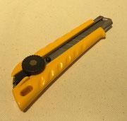 【カッター レフティL型】 左ききに使い易いデザインの大型カッターです。 ¥605(税込)