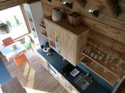 Blick von der offenen Galerie auf die Küche