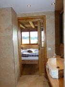 Blick aus dem Bad in das Schlafzimmer