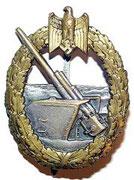 Odznaka artylerzystów okrętowych i obrony wybrzeża. Ustanowiona 24.06.1941r. przyznawana za akty odwagi, śmierć w akcji lub za 8 pkt. (2pkt za zestrzelenie samodzielne samolotu, 1pkt za zestrzelenie z pomocnikiem , 0,5pkt za udział w zestrzeleniu)