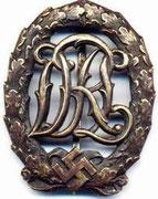 Deutschen Reichsbundes für Leibesübungen DRL najpierw ta organizacja nazywała się DRA, DRL działała od 1934. Do 1937 znaczek był bez swastyki. Od 1937 dodano swastykę wybito 1 mln brązowych, 31500 srebrnych, 15000 złotych