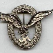 Odznaka dla pilotów. Powyższa odznaka była przyznawana w trzech klasach: 3kl, 2kl i 1kl (20, 60 i 110 lotów operacyjnych