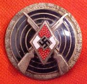 Nagroda w Srebrze.  Ta odznaka została ustanowiona w 1938 dla członków HitlerJugend  którzy ukończyli  16 lat jak również , dla tych którzy  zakwalifikowali się w konkursie strzeleckim (10 rund w róznych pozycjach i jeśli zdobył odpowiednią ilość punktów