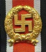 Wstążka dla sił lądowych.Odznaka honorowa za szczególne akty odwagi tylko dla posiadaczy Żelaznego Krzyża 1 Klasy. Za szczególne akty odwagi na polu bitwy którym nie przysługuje Krzyż Rycerski czy też Krzyż Niemiecki