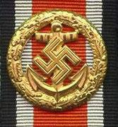 Wstążka dla marynarki. Odznaka honorowa za szczególne akty odwagi tylko dla posiadaczy Żelaznego Krzyża 1 Klasy. Za szczególne akty odwagi na polu bitwy którym nie przysługuje Krzyż Rycerski czy też Krzyż Niemiecki