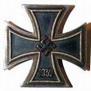 Krzyż Żelazny 1 kl. ŻK ustanowiony 1.09 1939 roku.  Były  stopnie: ŻK II. kl (Das Eiserne Kreuz II. Kl.)ŻK I. kl (Das Eiserne Kreuz I. Kl), Krzyż Rycerski Żelaznego Krzyża (das Ritterkreuz des Eisernen Kreuzes) i Wielki Krzyż (das Gross K