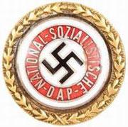 Złota odznaka partyjna NSDAP. Za przynależność do NSDAP i legitymację z numerem  1 - 100.000 * Za przynależność przed lutym 1925
