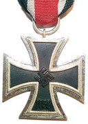 Żelazny Krzyż II. klasy (Das Eiserne Kreuz II. Klasse) Sposób noszenia:  Wstążkę Żelaznego Krzyża II. klasy przewieszano przez dziurkę od guzika. Krzyż był właściwie niewidoczny Żelazny Krzyż II. klasy  Armia i Waffen-SS - ok. 2 300 000
