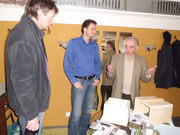 Karlheinz Schuppe erklärt Morris Barby (Stadtwerke Schönebeck) und Ulrich Meinhard (Volksstimme Schönebeck) die Holzform für die Anfertigung eines Lehmsteines (von rechts)