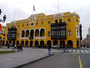 building near Plaza Armas
