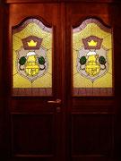 """Витраж в дверях ресторана """"Барская Пивница""""."""