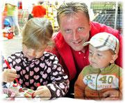 Rolf Raschle mit seinen beiden Kunststudenten
