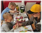 Die Kinder wurden von den KITA Betreuerinnen liebevoll angeleitet