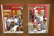 Durchblick 2 und Sicht ins Restaurant - wer winkt denn da?