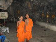 Höhlenwanderung mit kleinen Mönchen