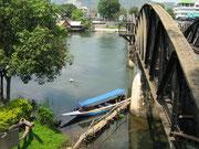 Longtailboot unter der Brücke