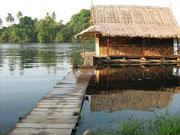 Die urige Flusshütte des Autors
