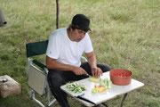 Андрей решил помочь с приготовлением салата...
