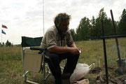 Сергей Яковленко за чисткой рыбы.