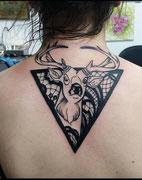 Tatouage cerf, triangle et dentelle par Ginger pepper en guest à La cour des miracles. Tattoo deer and lace black work