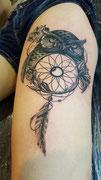 Tatouage hibou et attrape reve noir et blanc réalisé par Ginger Pepper chez Lucky30 tattoo Nimes