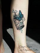 Tatouage papillon et cage couleur par Ginger pepper en guest chez Chrysalide tattoo. Tattoo butterfly color