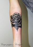 tatouage rose en noir et blanc par Ginger pepper à Lucky30 Nimes. Tattoo flower black and white by Ginger pepper