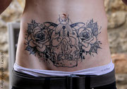 Tatouage crane, scarabée et fleurs par Ginger pepper à Lucky30 Nimes. Tattoo skull and flower black work