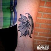 Tatouage chauve souris  par Ginger pepper en guest à La cour des miracles. Tattoo bat neotrad black and white