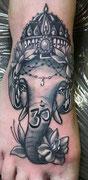 Tatouage  tattoo Ganesh noir et blanc réalisé par Ginger Pepper chez Lucky30 tattoo Nimes