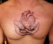Herz in Hände Tattoo