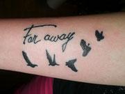 Schriftzug Vögel Tattoo