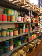 紬に使われる色とりどりの絹糸です。この巻たちは、横糸になるものです。