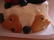 ケーキのうしろにコルリのカップル